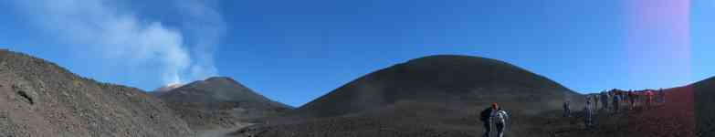 Conetto del 2001. Sullo sfondo il cratere di Sud-est